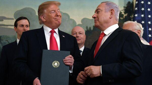 Президент США Дональд Трамп и премьер-министр Израиля Биньямин Нетаньяху после подписания документа о признании суверенитета Израиля над Голанскими высотами. 25 марта 2019