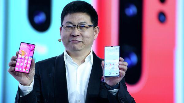 Генеральный директор подразделения потребительских продуктов и телекоммуникационного оборудования Huawei  Ричард Ю  во время презентации нового смартфона P30 в Париже. 26 марта 2019