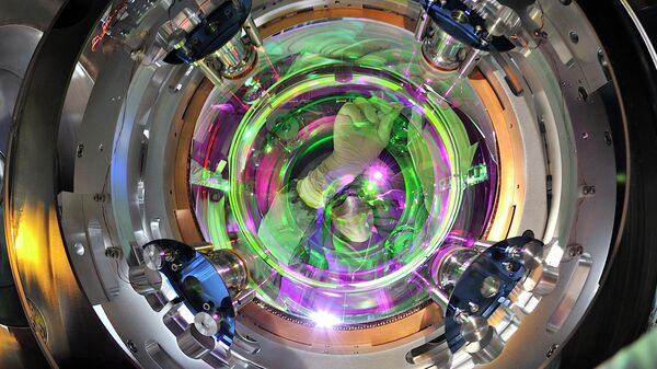 Одно из зеркал гравитационного детектора VIRGO, прозрачное для видимого света и отражающее инфракрасные лучи