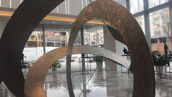 Скульптура в концерном зале Зарядье