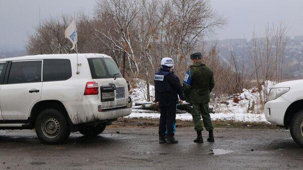 Патруль ОБСЕ у КПП Золотое в Донбассе