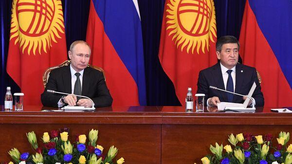 Владимир Путин и президент Киргизии Сооронбай Жээнбеков на церемонии подписания совместных документов по итогам российско-киргизских переговоров в Бишкеке. 28 марта 2019