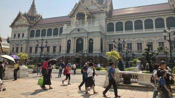 Туристы у главного здания Большого дворца, Бангкок, Таиланд