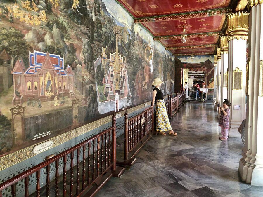 Туристы фотографируются у фрески в Большом дворце, Бангкок, Таиланд