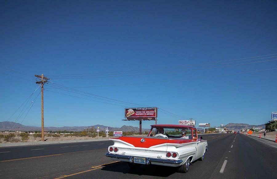Ретро-автомобиль на шоссе в США