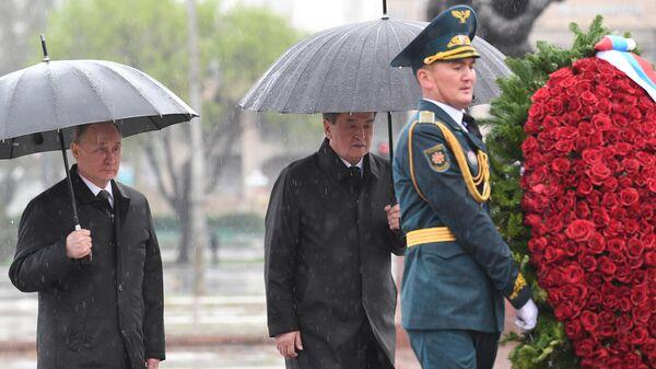 Владимир Путин и президент Киргизии Сооронбай Жээнбеков во время церемонии возложения венка к Вечному огню в Бишкеке. 28 марта 2019