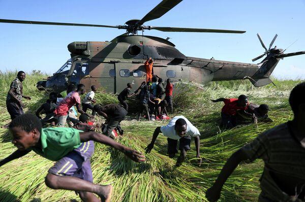 Раздача гуманитарной помощи пострадавшим от циклона Идаи в Мозамбике
