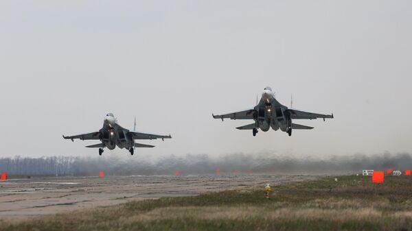 Многоцелевые истребители Су-27 совершают посадку во время окружного этапа конкурса Авиадартс-2019 в Краснодарском крае