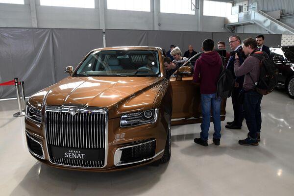 Посетители осматривают автомобиль Aurus в Государственном научном центре РФ ФГУП НАМИ в рамках проекта Открой#Моспром в Москве