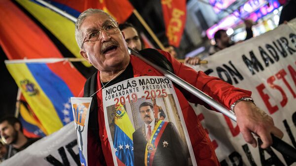 Участник акции в поддержку легитимного президента Венесуэлы Николаса Мадуро в Мадриде