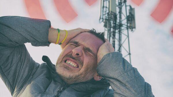 Мужчина подвергается излучению от станции сотовой связи