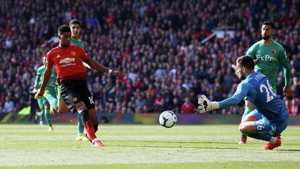 Форвард Манчестер Юнайтед Маркус Рашфорд забивает мяч в ворота Уотфорда