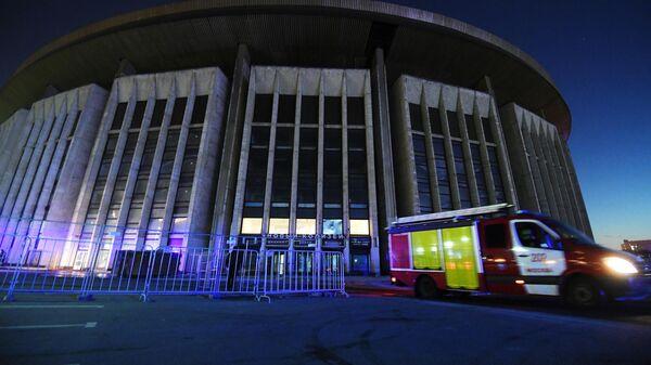 Машина противопожарной службы МЧС у спорткомплекса Олимпийский в Москве.  30 марта 2019
