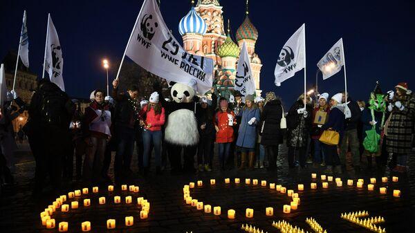 Участники экологической акции Час Земли на Красной площади в Москве. 30 марта 2019