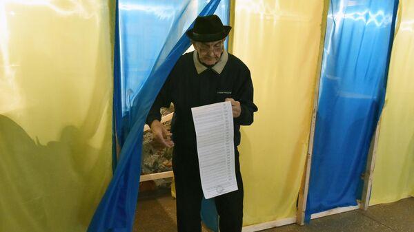Житель города Львова на одном из избирательных участков города во время голосования на президентских выборах на Украине. 31 марта 2019
