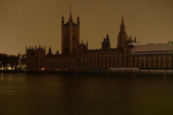 Вестминстерский дворец в Лондоне после отключения подсветки в рамках экологической акции Час Земли