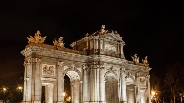 Ворота Алькала на площади Независимости в Мадриде до и после отключения подсветки в рамках экологической акции Час Земли