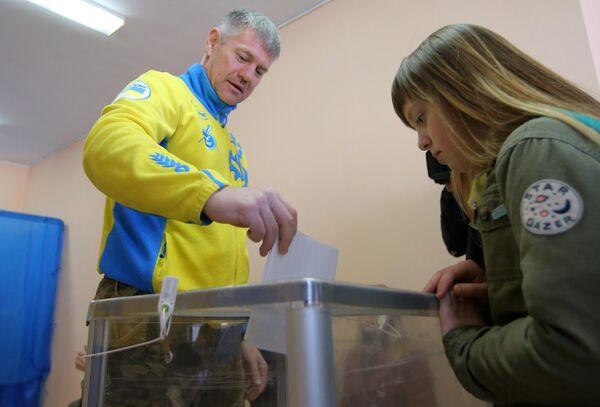 Жители Киева во время голосования на выборах президента Украины на одном из избирательных участков
