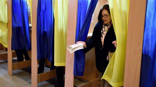 Женщина во время голосования на выборах президента Украины на одном из избирательных участков Киева