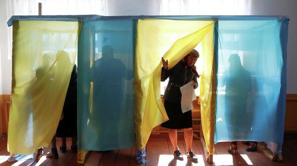 Избирательный участок во время президентских выборов в селе Космач Ивано-Франковской области, Украина