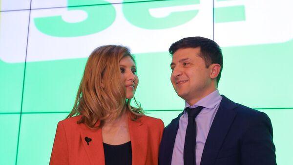 Кандидат в президенты Украины, актер Владимир Зеленский с супругой Еленой в своем избирательном штабе в Киеве. 31 марта 2019