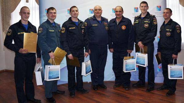 Сотрудники МЧС после вручения благодарственных писем губернатором Магаданской области. 1 апреля 2019