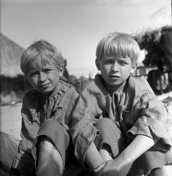 12-летние братья-близнецы Лех Качинский и Ярослав Качинский на съемочной площадке фильма О тех, кто украл Луну
