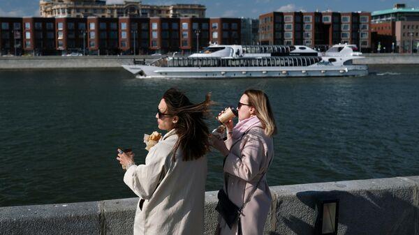 Девушки на Крымской набережной в Москве