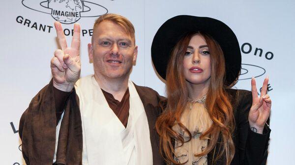 Мэр Рейкьявика Йон Гнарр и певица Леди Гага после получения премии имени Джона Леннона