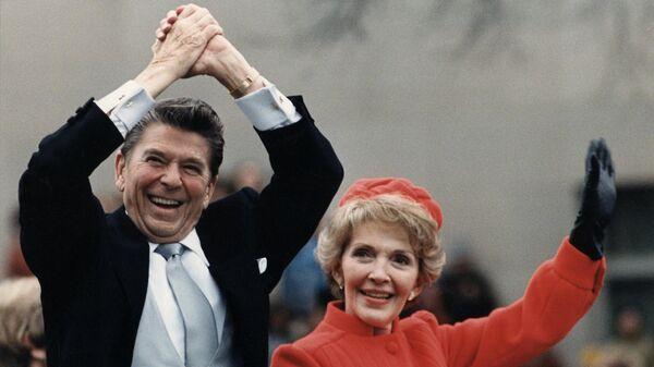 Чета Рейган в машине после инаугурации президента