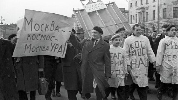 Студенты медицинских институтов на демонстрации в честь полета Юрия Гагарина в космос