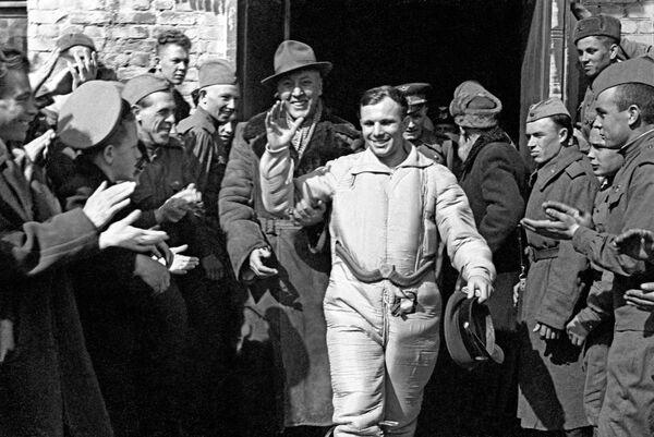 Летчик-космонавт СССР Юрий Гагарин после приземления. Саратовская область, 12 апреля 1961 года