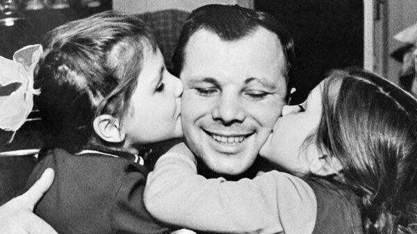 Юрий Гагарин с дочерьми Леной и Галей