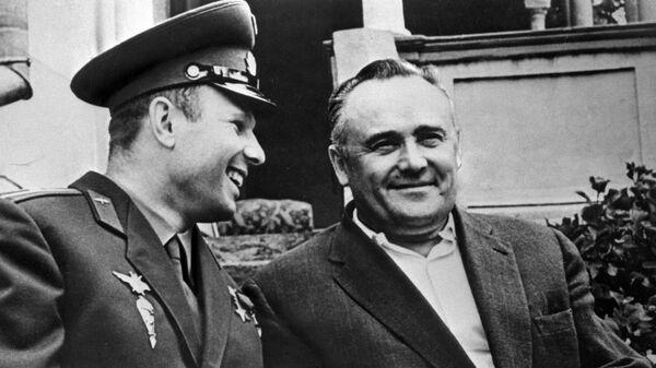Академик Сергей Королев и космонавт Юрий Гагарин после первого в мире полета человека в космос на корабле Восток