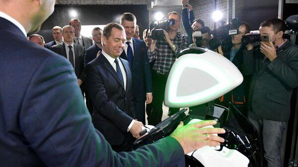Председатель правительства РФ Дмитрий Медведев во время посещения стенда компании Promobot на территории технопарка Morion Digital в Перми