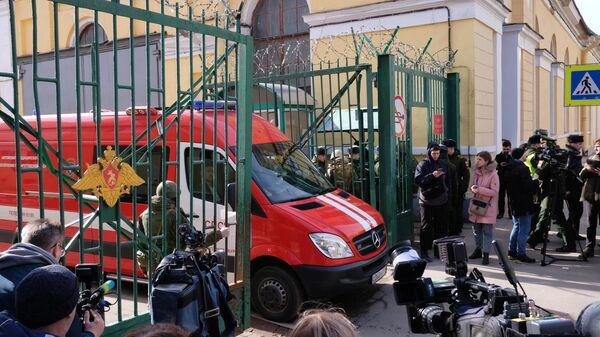 Автомобиль МЧС РФ у здания Военно-космической академии имени А. Ф. Можайского в Санкт-Петербурге, где произошел взрыв