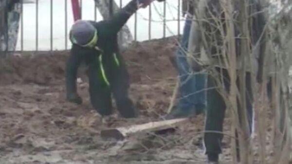 Мальчик, застрявший в грязи по дороги в школу в Малоярославце