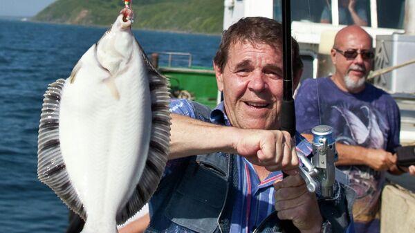 Народный артист России Алексей Булдаков на рыбалке в акватории залива Анива в рамках неофициальной части кинофестиваля Сахалинский экран