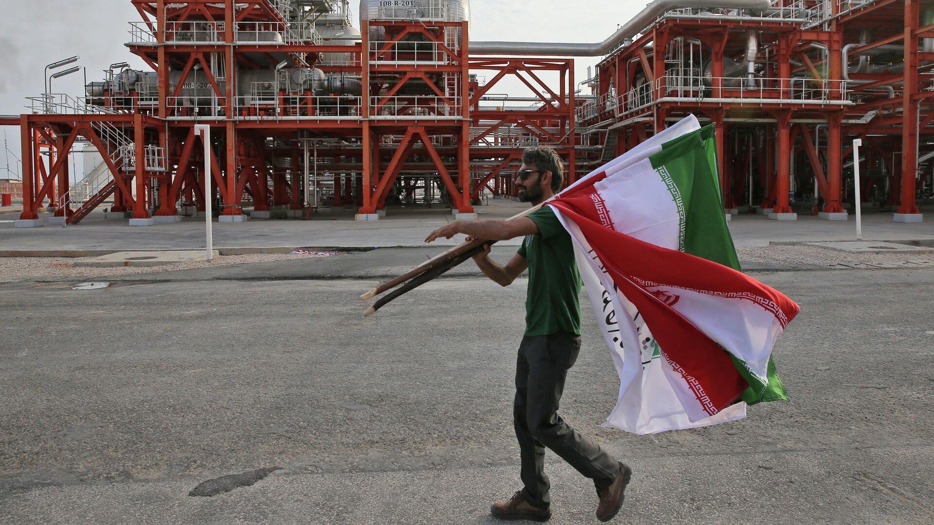 Мужчина с флагами Ирана на заводе по переработке природного газа - РИА Новости, 1920, 06.04.2021