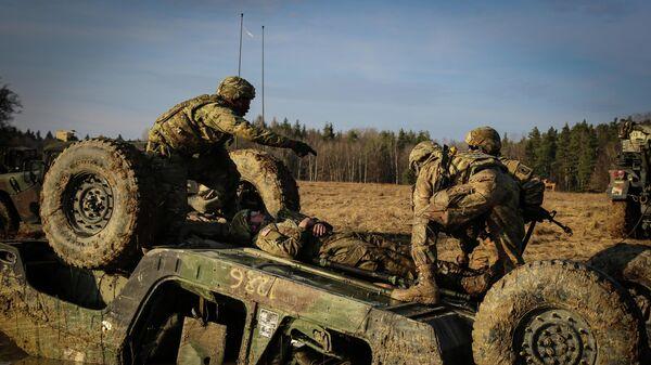 Солдаты армии США во время учений НАТО в Европе Союзный дух на полигоне Хоэнфельс в Германии. 14 марта 2019