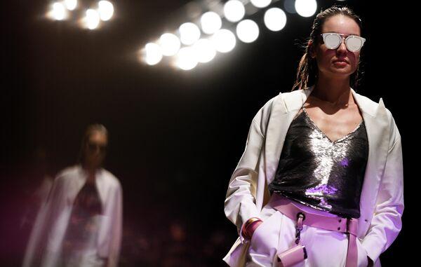 Модель демонстрирует одежду дизайнера из новой коллекции дизайнера Игоря Чапурина