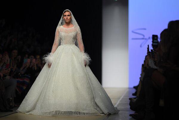Модель демонстрирует одежду из коллекции Speranza Couture by Nadezhda Yusupova