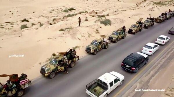 Военная техника на дороге в Ливии. 4 апреля 2019