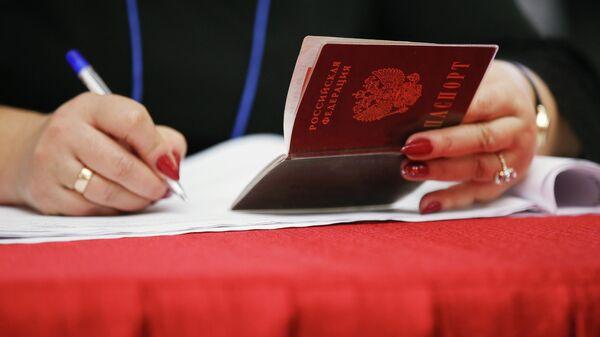 Женщина держит паспорт гражданина РФ