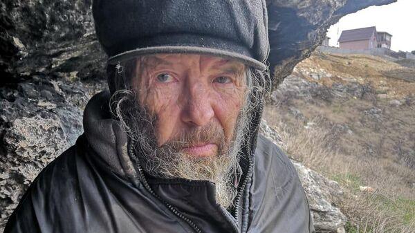 Беженцы из Донбасса приютили инженера, три года жившего в пещере в Крыму