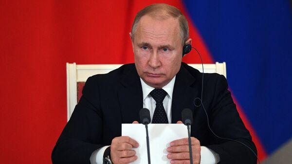 Завершается подготовка зала к пресс-конференции Путина