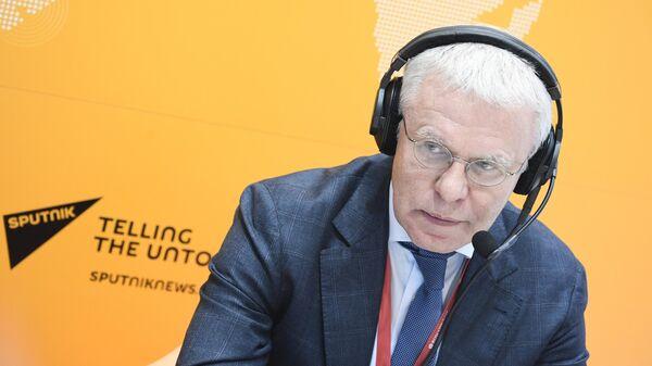Вячеслав Фетисов во время интервью на стенде международного информационного агентства и радио Sputnik на международном арктическом форуме Арктика – территория диалога