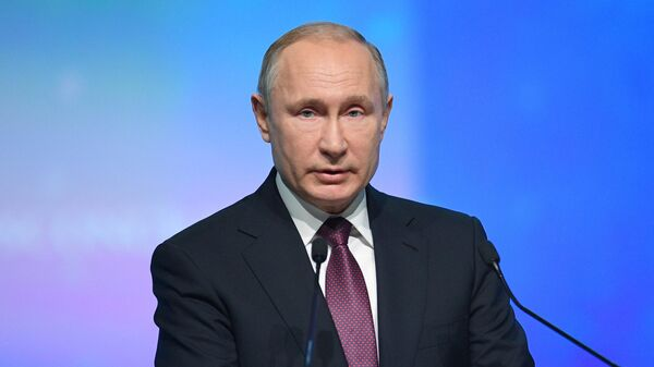 Президент РФ Владимир Путин выступает на пленарном заседании V Международного арктического форума Арктика – территория диалога в Санкт-Петербурге. 9 апреля 2019