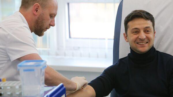 Кандидат в президенты Украины Владимир Зеленский сдает анализ на алкоголь и наркотики в киевской клинике Евролаб