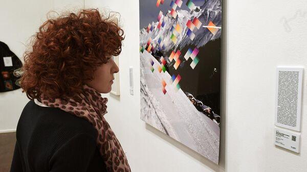 Посетительница у работы Франциско Инфанте-Арана и Нонны Горюновой из цикла Альпийский снег,  Московский музей современного искусства